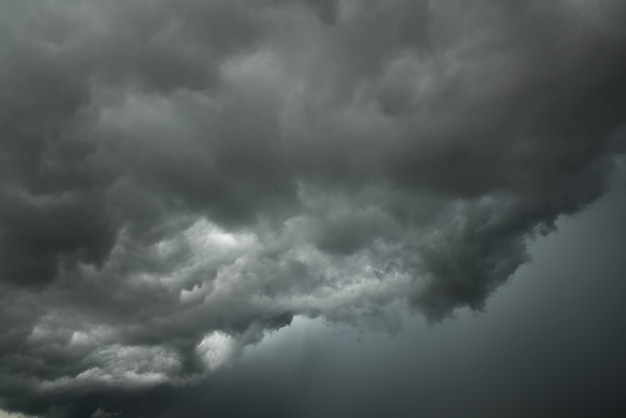 Movimento do céu escuro e nuvens negras