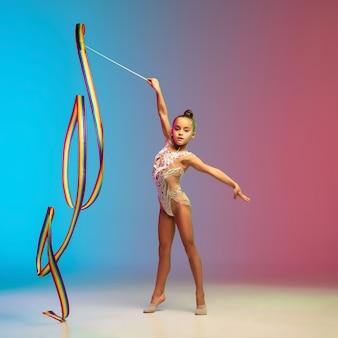 Movimento. menina caucasiana, treino de ginasta rítmica, desempenho isolado