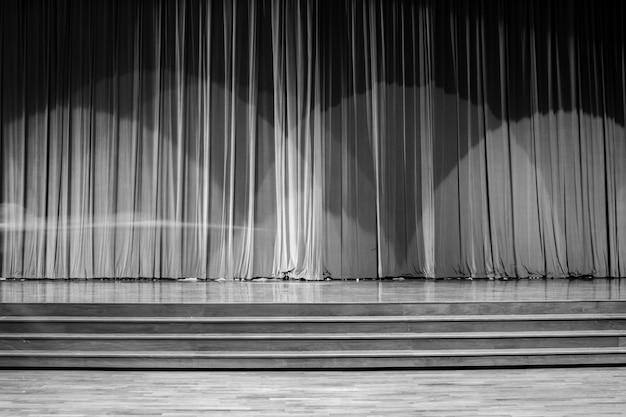 Movimento na madeira do palco.