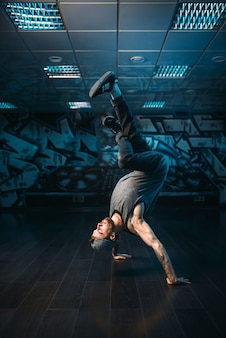 Movimentos de hip hop, artista masculino em estúdio de dança. estilo moderno de dança urbana