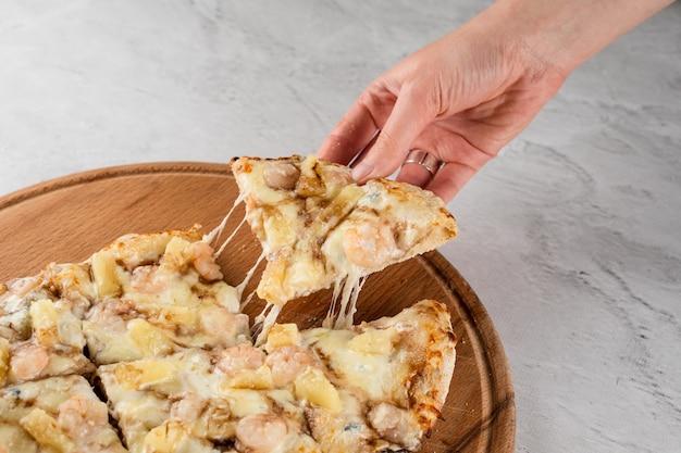 Mozzarella alongando queijo na culinária italiana gourmet pinsa romana. entrega de comida de pizzaria. comida sem qualidade.