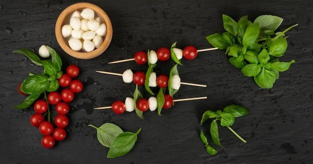 Mozzarella e tomate cereja no espeto