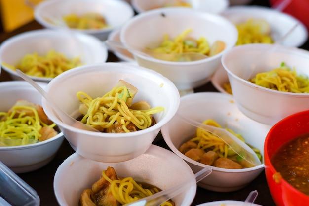 Mpek mpek palembang com uma mistura de macarrão amarelo e uma pitada de pepino por cima e cuko