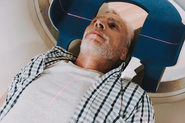 Mri radioterapia do câncer cerebral em homem idoso.