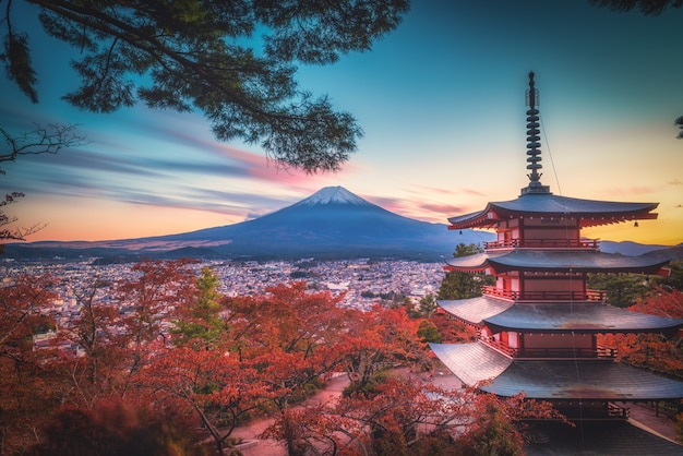 Mt. fuji com chureito pagoda e folha vermelha no outono no pôr do sol em fujiyoshida, japão.