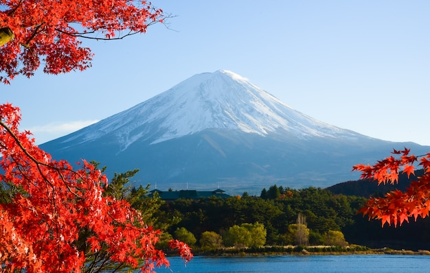 Mt.fuji no outono no kawaguchiko do lago em japão.