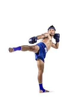 Muay thai, homem asiático exercitar boxe tailandês isolado no fundo branco