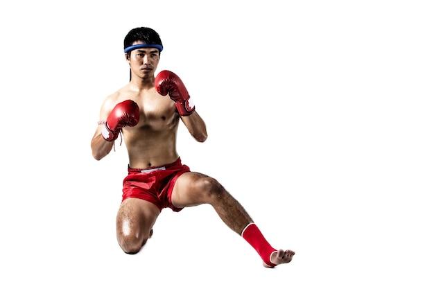 Muay thai, homem asiático fazendo boxe tailandês isolado no fundo branco