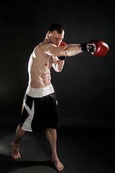Muay thai lutador muscular de perfuração