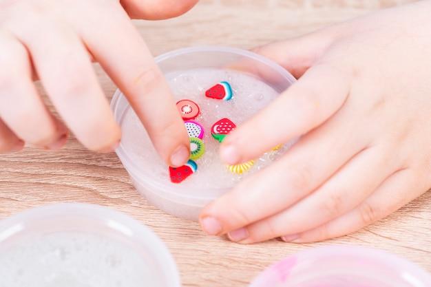 Muco transparente claro nas mãos da criança