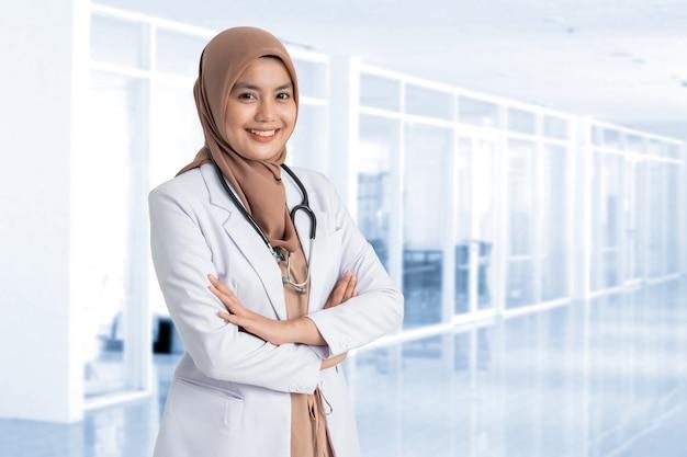 Muçulmana linda médica de jaleco branco com estetoscópio, cintura para cima. mulher trabalhadora de hospital