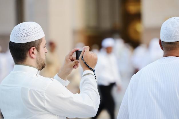 Muçulmana tirando foto em madina haram