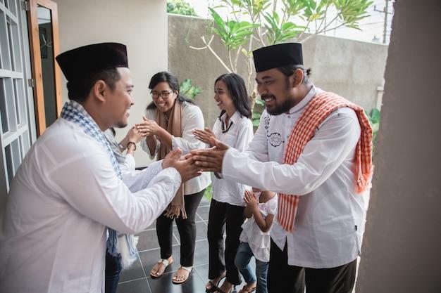 Muçulmano eid mubarak perdoando os outros
