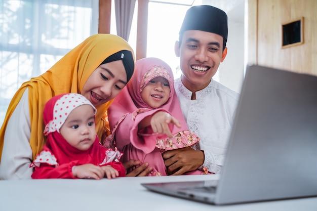 Muçulmano fazendo videoconferência em família