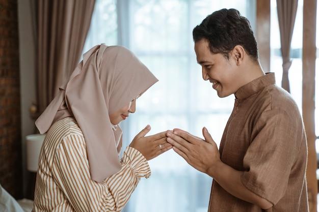 Muçulmano homem e mulher pedindo perdão