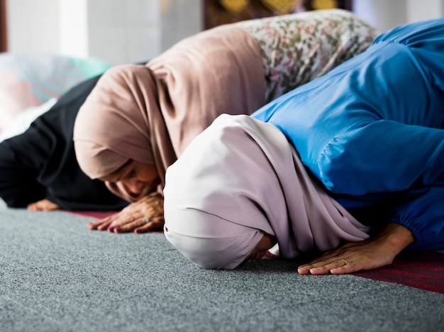 Muçulmano orando em postura de sujud
