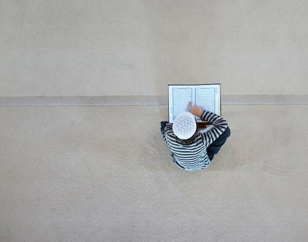Muçulmanos árabes que lêem koran na mesquita