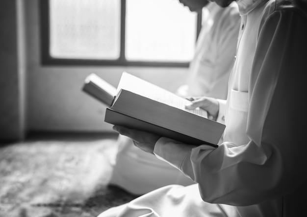 Muçulmanos lendo do alcorão