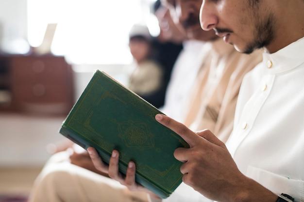 Muçulmanos lendo o alcorão
