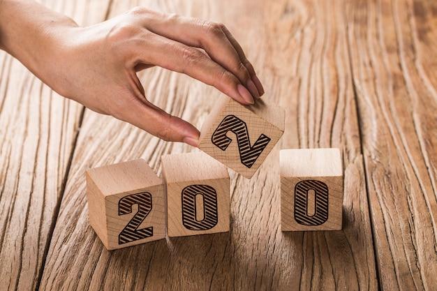 Mudança de ano novo 2019 para cubos de madeira de mudança de mão 2020.