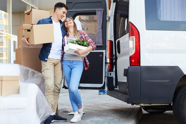 Mudança de casa jovem casal feliz