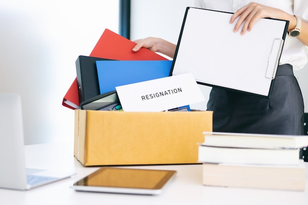 Mudança de emprego, desemprego, conceito resignado.