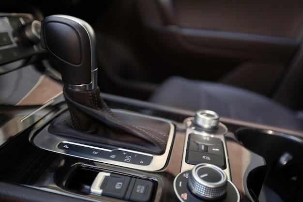 Mudança de engrenagem de transmissão automática no carro
