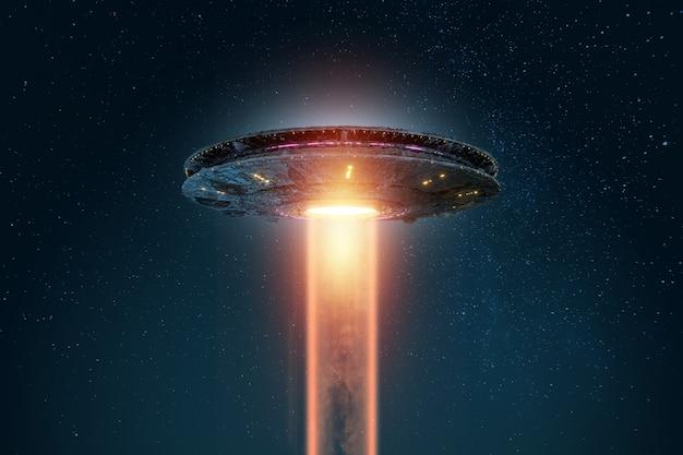 Mudança de espaço alienígena flutuando no céu