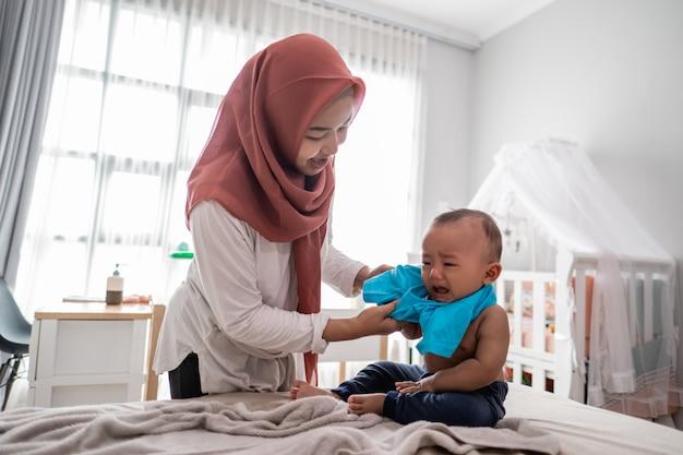 Mudança de roupas de bebê