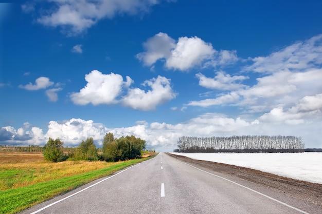 Mudança de temporada de verão e inverno na estrada