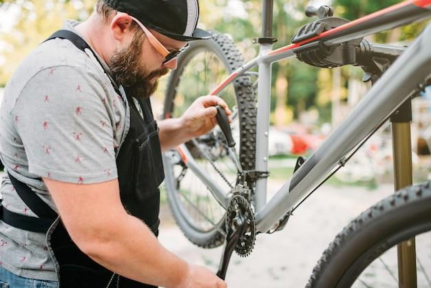 Mudança de velocidade dianteira de conserto de mecânico de bicicleta
