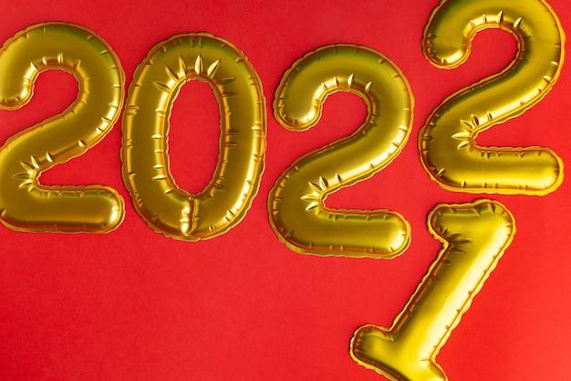 Mudança do ano de para inscrição de ano com números dourados em vermelho