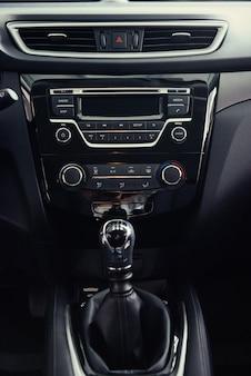 Mudança manual de carro moderno