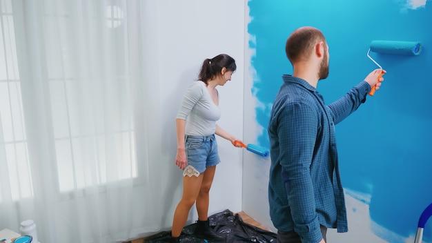 Mudando a cor da parede durante a reforma da casa. decoração do apartamento, reforma. decoração de casa e reforma em apartamento aconchegante, reforma e reforma
