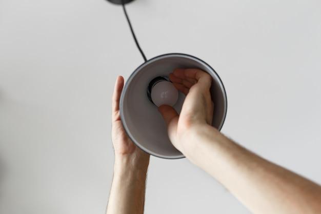 Mudando a lâmpada para lâmpada led na lâmpada de assoalho