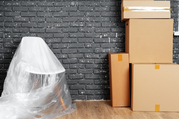 Mudando para dentro ou saindo do conceito. pilha de caixas e móveis embalados