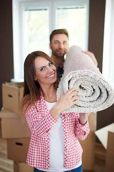 Mudar para uma nova casa é uma boa ideia para um casamento jovem Foto gratuita
