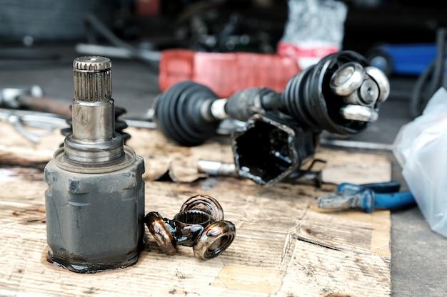 Mude o novo eixo de transmissão no carro.