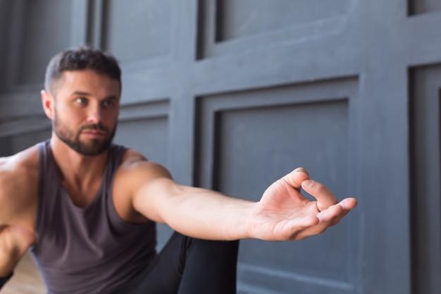Mudra de mão de ioga na parede cinza