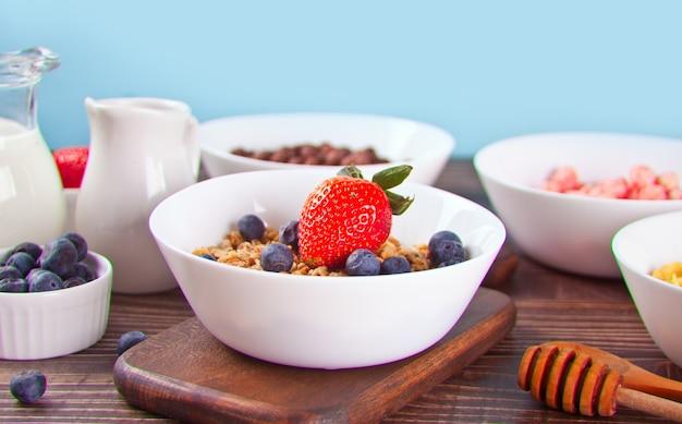 Muesli com frutas frescas e outros flocos e bolas de milho na superfície