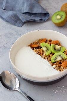 Muesli com iogurte branco, kiwi e flocos de coco