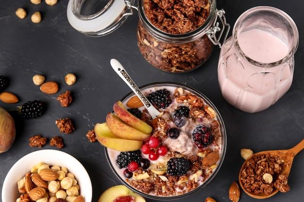 Muesli de mel crocante de granola com iogurte natural, frutas frescas e frutas