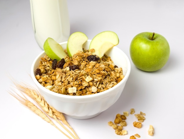 Muesli de pequeno-almoço saudável com maçã e leite.