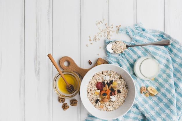 Muesli e mel para café da manhã