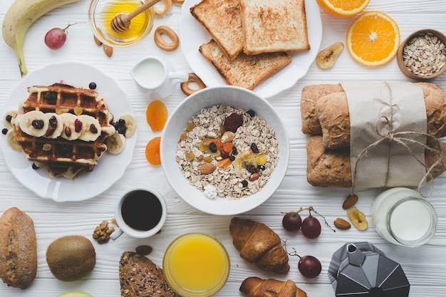 Muesli e pastelaria para café da manhã