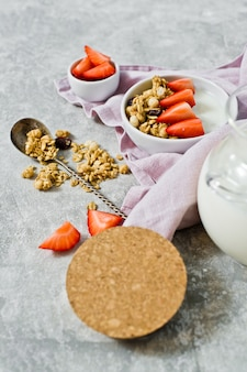 Muesli tigela com granola, morangos e iogurte.