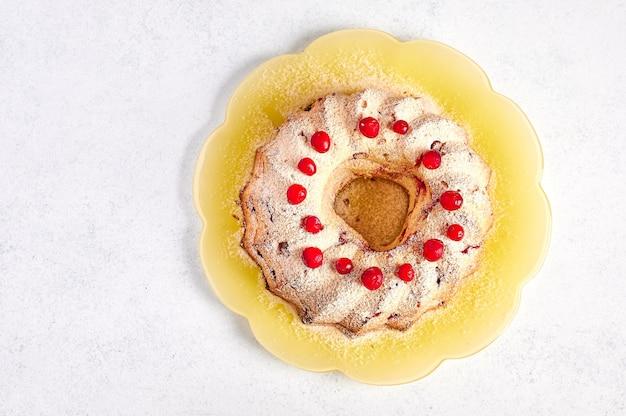 Muffin caseiro de coalhada com cranberries e raspas de laranja em açúcar de confeiteiro, vista de cima, copie o espaço,