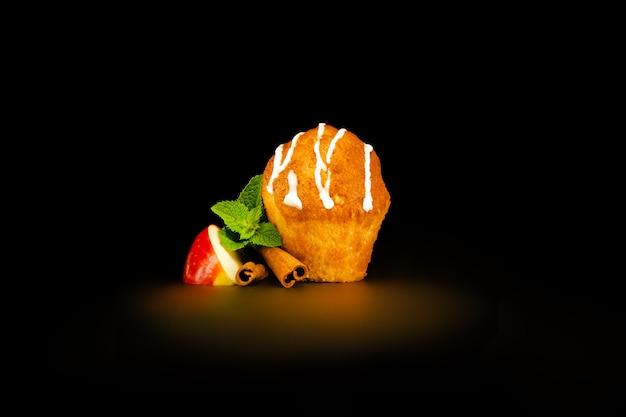 Muffin com cobertura de baunilha com fatia de maçã