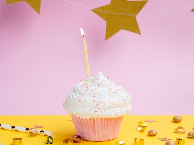 Muffin de aniversário delicioso com estrelas douradas