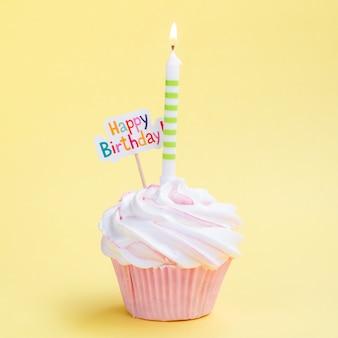Muffin de aniversário simples com vela